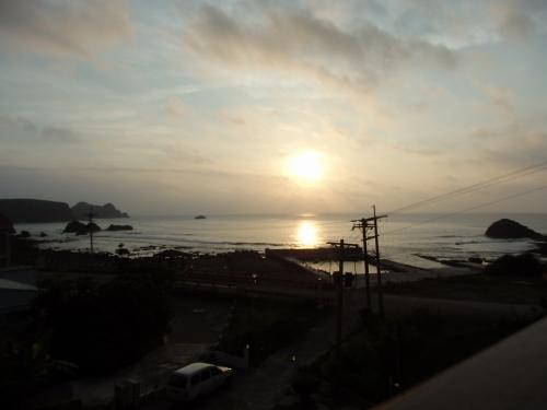 東の海から顔を出した朝日。清々しい気分に浸らせてくれる。