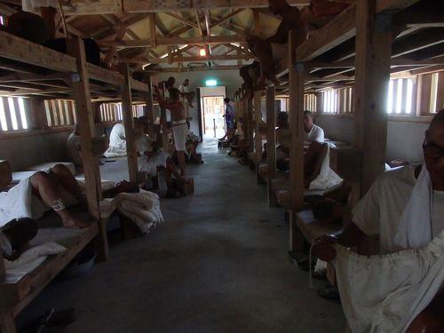 牢屋を再現した部屋。リアリティーのある蝋人形が設置されている。本物の人間のようで少し怖い。実際の収容人数は蝋人形の数より多く、一人分の就寝スペースは板2枚分、40センチ未満しかなかったという。