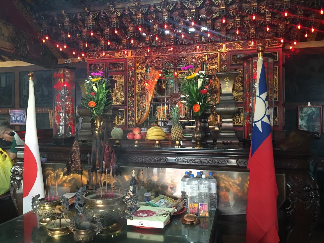 祭壇の右手に中華民国国旗、左手に日の丸が掲げられている。