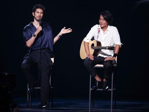 平井堅(左)とバオブー
