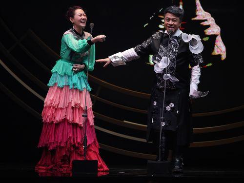 プレゼンターを務めた小S(左)とツァイ・カンヨン
