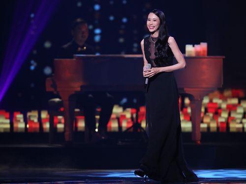 カレン・モクは「愛」をテーマに8人の弦楽隊を従え、「看看」や「忽然之間」を熱唱。音楽設計は昨年カレンのアルバム「不散、不見」でアルバムプロデューサー賞を受賞した日本人の荒井壮一郎が担当した。