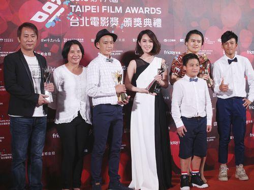 「只要我長大」チーム。撮影に協力した台中市の林佳龍市長は翌17日、再上映に向けて協力するよう管轄の新聞局に指示を出したという