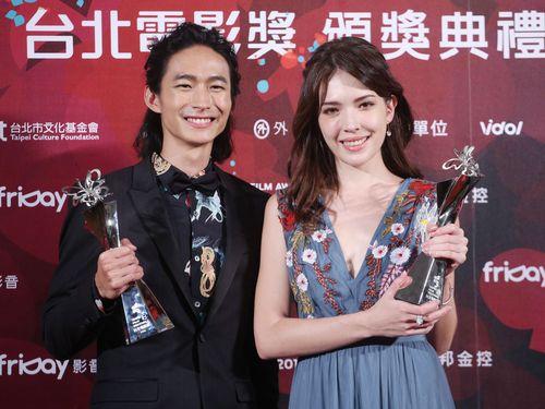 主演男優賞のコウ・ガ(左)と主演女優賞のティファニー・シュー