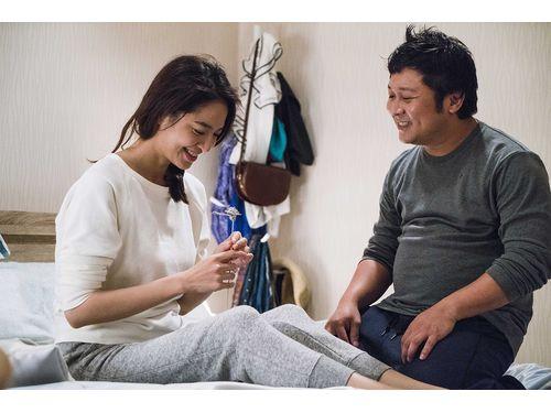 ビアンカ(左)と夫役のナードウ。劇中写真(華聯国際提供)