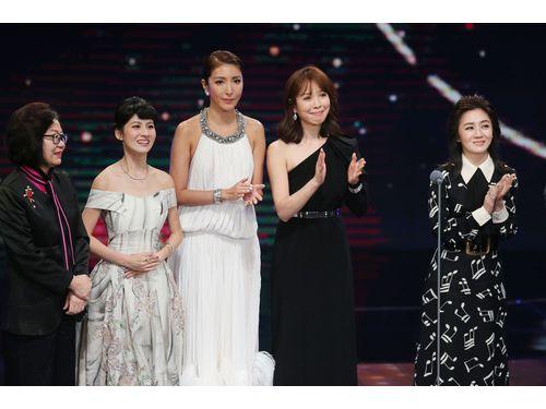 作品賞受賞を受けてステージに立ったシェリル・ヤン(左3)、ティエンシン(右2)。シェリルは3回目の主演女優賞ノミネートだったが、受賞ならず。ティエンシンは助演女優賞にノミネートされていた。