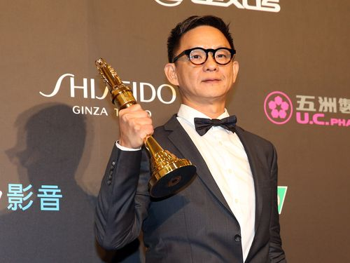 監督賞のトロフィーを高く掲げるツァオ・ルイユエン監督