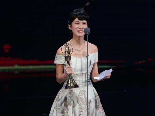 ステージで新人賞の受賞スピーチをするシンディー・リエン