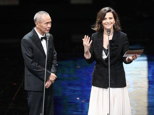 ジュリエット・ビノシュ(右)とホウ・シャオシェン監督