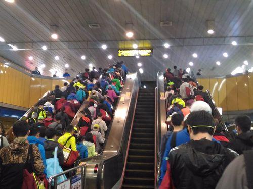 大会当日の市政府駅。参加者で埋まるエスカレーター。事業実施主体の中華民国路跑協会が指定する荷物受託用の赤い袋を持つ人の姿も目立つ。この赤い袋は台湾のマラソン大会ではお馴染みの光景となっている