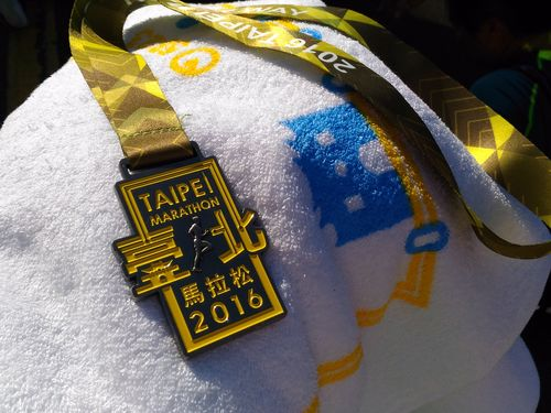 完走者に贈られたメダルとバスタオル