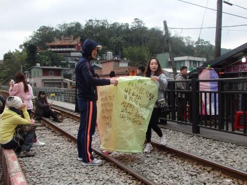 平渓の観光名物、天灯。日本や韓国、欧米の観光客も多くみられた
