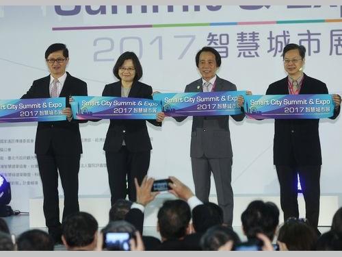 蔡英文総統(左から2人目)