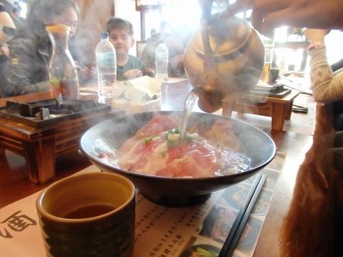 生の薄切り牛肉にスープをかけて頂くスタイルの「牛肉麺」