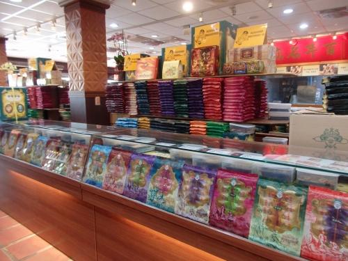 店内には数々の種類の貢糖がずらりと並ぶ