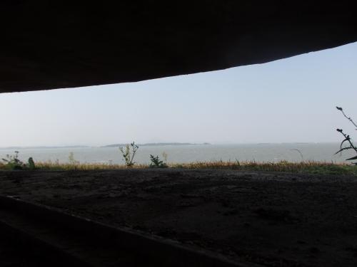 穴から見える景色。中国大陸の島が肉眼で見える。角嶼までの距離はわずか2キロほど。