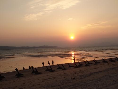 「三角堡」の近くの海辺から見た夕日。海辺に一列に並ぶのが上陸防御のために設置された施設