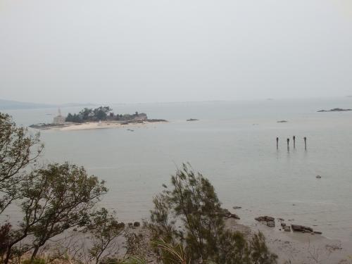 左手の島が「建功嶼」。右手に見える4つの棒のようなものは、前の写真に登場する人形の設置物。歩道が海水に埋まっているのが分かる