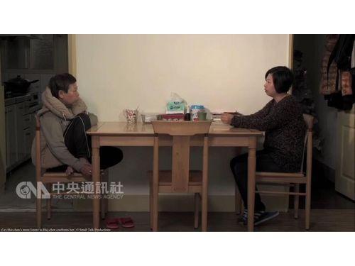 「日常対話」劇中写真(鏡象電影提供)ホアン監督(右)とその母親(左)が自宅で気持ちを打ち明けるシーンは、カメラを定点に置き、完全に二人きりの状態で撮影されたという。