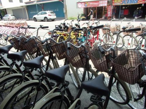 ずらりと並ぶレンタサイクル。自転車は一般的なシティサイクルから電動のものまで様々。体力に合わせて選べる。記者が借りたシティサイクルのレンタル料は1日150台湾元(約560円)。レンタル店では荷物預かりもしてくれる。