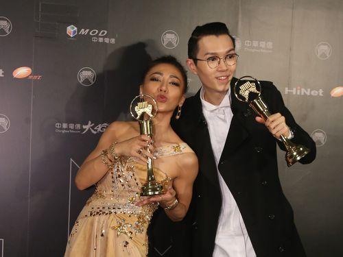 中国語女性歌手賞を受賞したイブ・アイ(左)と男性歌手賞に選ばれたカリル・フォン