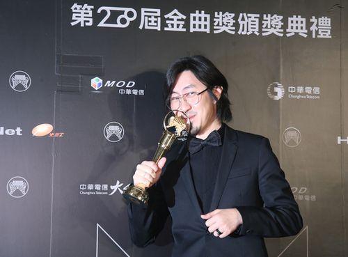アルバムプロデューサー賞を受賞した荒井十一