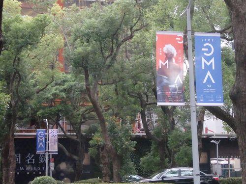 会場の台北アリーナ周辺では金曲奨をPRするのぼり旗も設置されていた