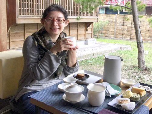 「八拾捌茶輪番所」の縁側でお茶を飲みながら、庭の眺めを楽しむこともできる。