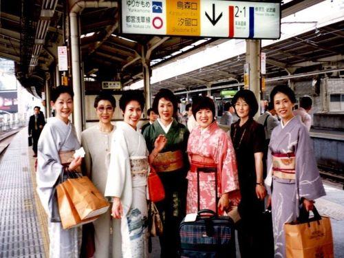 旅行作家楊麗芳は1000カ所以上の温泉を訪れたことがある。9月、台湾の原住民を引率し、北海道のアイヌ民族と交流する。