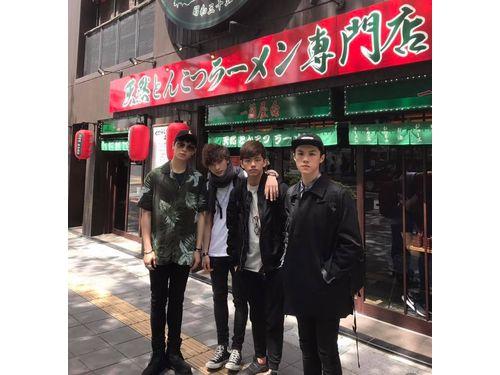 福岡で一蘭本店を訪れたnoovy(noovy公式FBより)