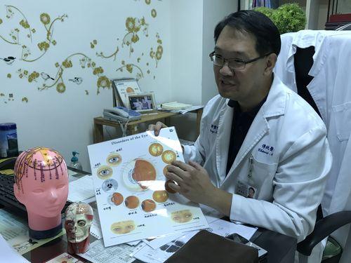 鍼灸施術を行った韓豊隆医師によれば、眼の血流を改善することによって、壊死していない視神経に刺激を与え、視野の部分的な回復を期待できるという。