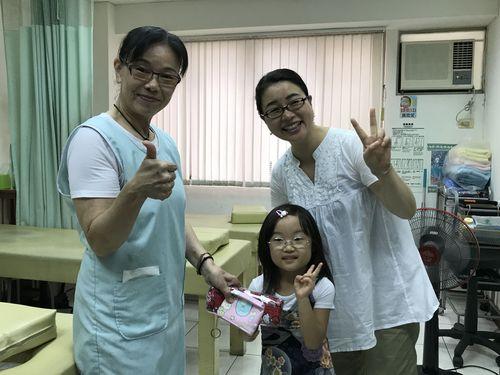 自分が失明したら、娘が気の毒だと越田さん(右)は娘の将来を案じる。医師である台湾の友人から、台湾で鍼灸の治療を行わないかと紹介を受けた。