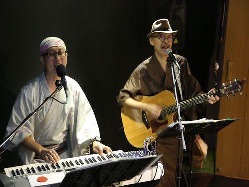 台日混成デュオバンド「八得利」(バッテリー、Battery)は9月14日に台北市で音楽ライブを行った。「一級棒温泉頌」、「温泉郷北投」、「烏来旅情」、「恋恋関仔嶺」などの曲を次々に披露した。