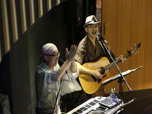 """""""流し""""歌手阿家(左)が「馬場克樹さんとコンビを組んで、いろいろと勉強になると思えるようになったし、音楽センスを磨くこともできた。」と語った。"""