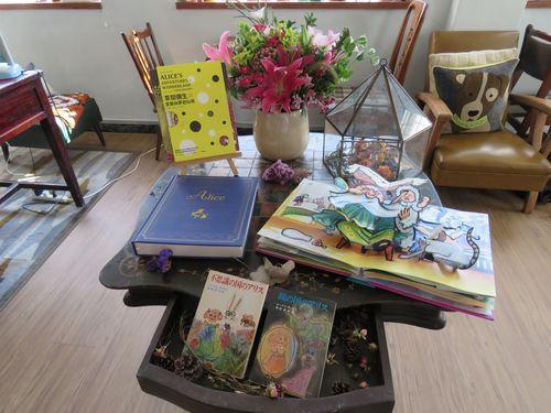 櫞椛文庫図書館の館長、林廷璋さんは去年、90歳で亡くなった日本統治時代の著名な女性詩人、杜潘芳格さんから大量の書籍を寄付され、そこに「不思議の国のアリス」の文庫本が2冊あった。