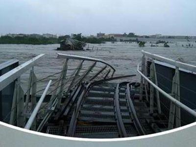 日本製で台湾唯一、3線軌条の鉄橋が台風で崩壊