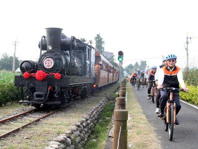 台湾嘉義、阿里山森林鉄道で「自転車 vs. SL」