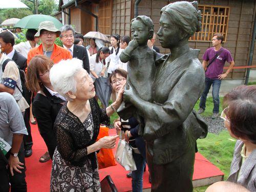 八田技師の妻、外代樹夫人の銅像除幕式/台湾・台南