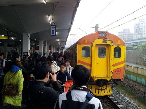 台湾鉄道レトロ特急電車復活運転  ファン大興奮