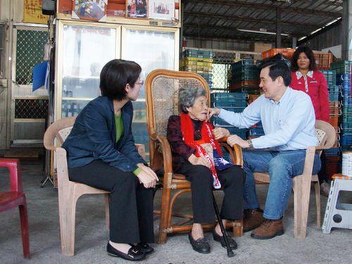 元従軍慰安婦の鄭陳桃さん(左2)と会話を交わす馬英九総統(左3)