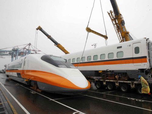 高雄港に陸揚げされた台湾高速鉄道の700T型車両=資料写真
