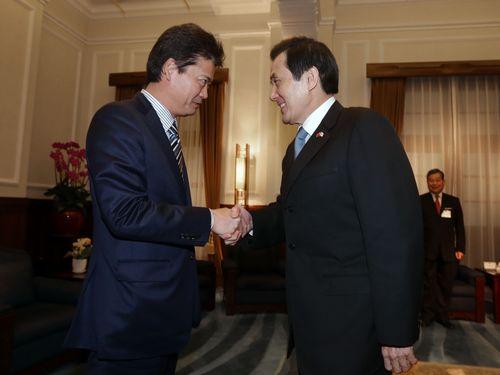 握手を交わす馬英九総統(右)と玄葉光一郎衆院議員=21日、台北市