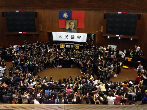 学生団体による立法院の議場占拠  自主的に退去/台湾