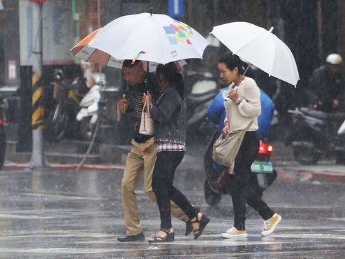台北豪雨  たった24時間で1カ月分の雨量/台湾