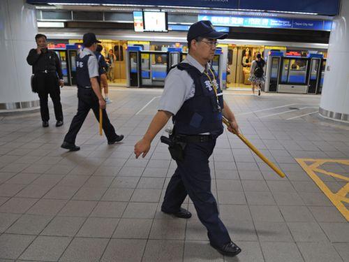 地下鉄駅で鈍器所持の男を逮捕/台湾・台北