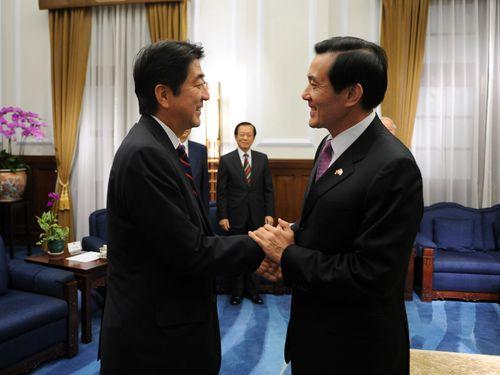 台北(松山)-東京(羽田)路線就航を祝って訪台した安倍晋三氏と握手を交わす馬英九総統=2010年10月31日、台北市