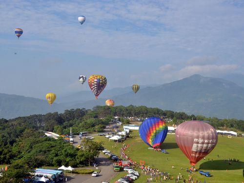 台湾東部の熱気球イベントで気球20個が天空へ