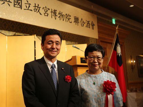 岸信夫衆議院議員(左)と国立故宮博物院の馮明珠院長