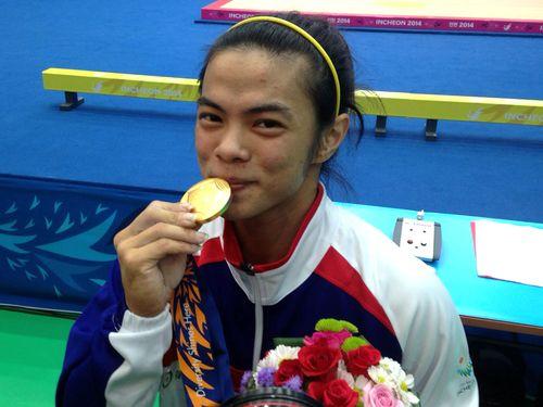 世界新記録で金メダルに輝く女子重量挙げ53キロ級の許淑浄