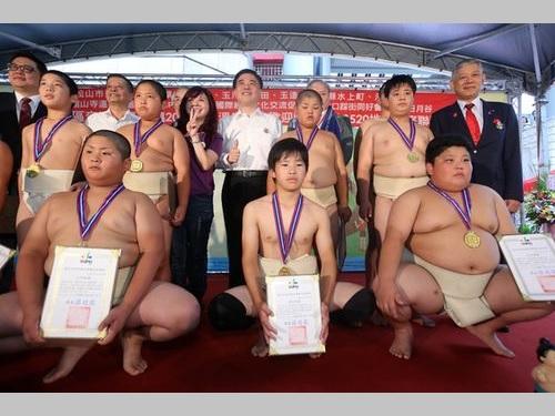 温泉イベントに日本の小学生力士が登場/台湾・台北